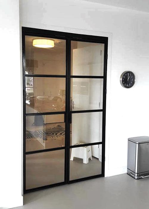 Dubbele deur van staal dicht